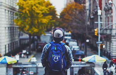 Viajero urbano joven ciudad