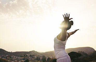 Mujer yoga de viaje en naturaleza